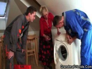 الجدة وحيدا ينتشر الساقين لمدة مصلحي