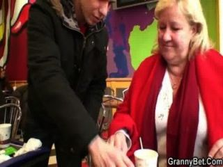 عشيق الشباب تلتقط الجدة ضخمة في مقهى
