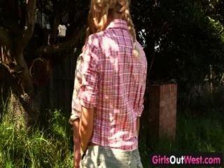 الفتيات من غرب مثليات شقراء نحيفة في الفناء الخلفي