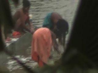 النساء الهنديات حمام مفتوح في البركة التي كتبها مخفي كام المتلصص