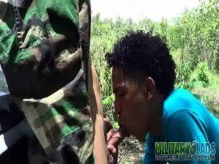صبي الجيش لديه pricknick مع شخص غريب