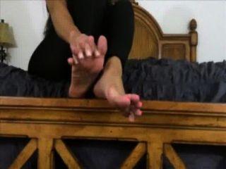عشيقة جميلة يريد منك أن العبادة ونائب الرئيس على قدميها