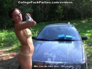 فراخ كلية عاريات جنسي مثير غسل السيارة في نزهة