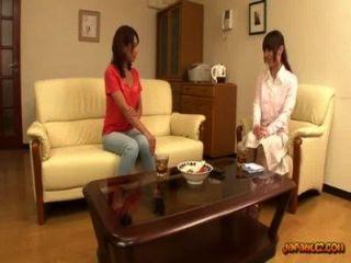 يفرك كس الآسيوية فتاة الحصول على ثديها امتص على الأريكة في ص الجلوس