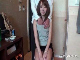 قليلا تلميذة الآسيوية يتعلم كيفية استخدام دسار