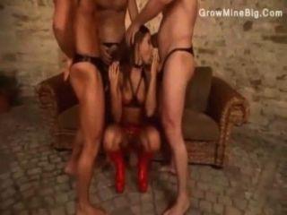 ثلاثة رجال متعة dominatrix بهم