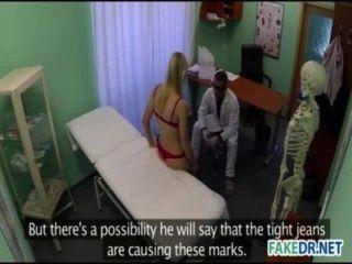 الطبيب يريد يمارس الجنس مع مريضه