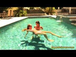 مثليه الجنس رهيبة في حوض السباحة