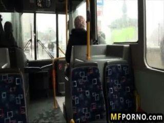 مارس الجنس بلوندي على حافلة عامة ليندسي اولسن 1
