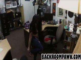 أسود فاتنة الشعر تمتص الديك قبل الحصول مارس الجنس