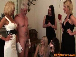 أنيق CFNM femdom ينضج العادة السرية الرجل خارج