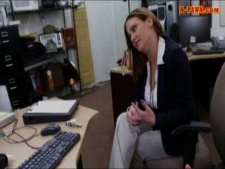 ماكر ضخمة الثدي سيدة الأعمال ثمل من أجل المال