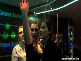 الفتيات الرطب الرقص جنسي مثير في النادي