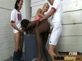 تحصل مارس الجنس الأبنوس في جميع الثقوب من قبل مجموعة من الرجال البيض 26