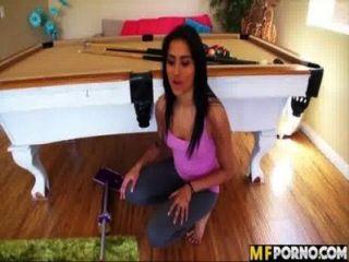 اتينا ينظف المنزل ويحصل مارس الجنس جيزيل ماري 1 بوسها