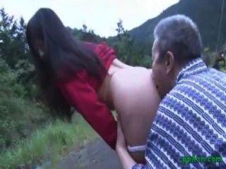 الآسيوية فتاة الحصول على بوسها يمسح واستغل من قبل نائب الرئيس رجل يبلغ من العمر الحمار في الهواء الطلق في