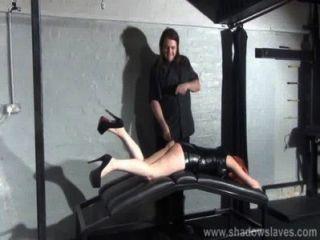 الضرب من slavegirl الهواة صغير في صنم الجلود المحصنة وعريف معاقبة