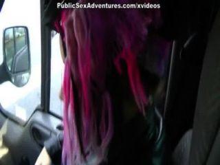 كتكوت في شباك صيد الوردي سخيف في السيارة