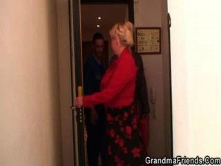 اثنين مصلحي يمارس الجنس مع الجدة مفلس من كلا الطرفين