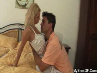 زوج يمسك صديقة الغش مع الحبيب
