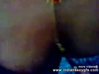 الهندي كلكتا دس bhabhi الثدي مص والإشارة بالإصبع التي كتبها جارة indiansexygfs.com