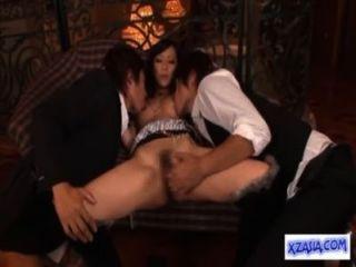 فتاة الساخنة الآسيوية يمسح التدفق بينما اصابع الاتهام مص الديك مارس الجنس على الأريكة
