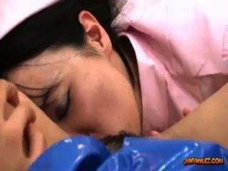 فتاة آسيوية في زي الشرطة يمسح مارس الجنس مع لعبة من قبل ممرضة على السرير في