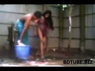 قرية بنجلاديش زوجين الاستحمام الجنس الفيديو يتعرض