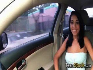 نموذج الفتاة مغوي في سيارة مع الكلام السلس