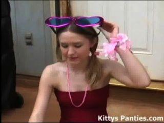 الأبرياء في سن المراهقة كيتي تهب فقاعات