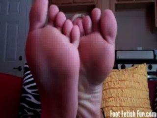 يحتاج الصيف قدميها مثير يعبد