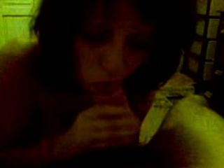 امرأة سمراء ناضجة خجولة مع اللسان الثدي الكبير وjerkoff