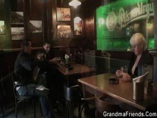 اثنين من الرجال التقاط وبانج الجدة القديمة boozed