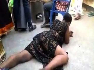 امرأة أفريقية القيام ببعض الرقصات الجنسية