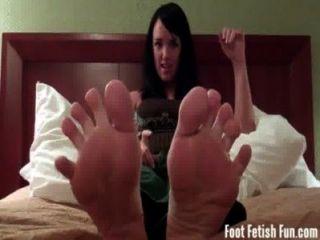 ماندي تايلور يريد منك أن تمتص على أصابع قدميها