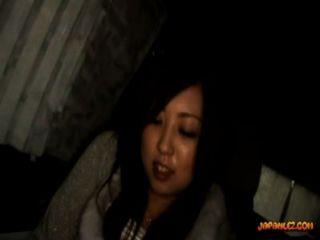 في سن المراهقة مفلس الحصول على بوسها اصابع الاتهام الثدي يفرك الاكبر سنا من الفتاة في سيارة