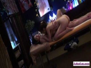 فتاة الآسيوية يمسح واصابع الاتهام من قبل مدلكة على السرير التدليك