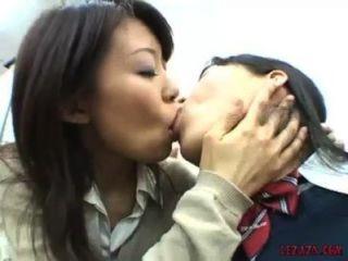 تلميذة الآسيوية التقبيل حلمة مص واللعب مع كس في منصبه