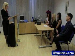 CFNM فاتنة يعطي رئيس