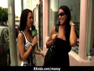 في سن المراهقة يائسة عارية في القطاعين العام والملاعين لدفع الإيجار 24