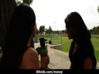 في سن المراهقة يائسة عارية في القطاعين العام والملاعين لدفع الإيجار 7