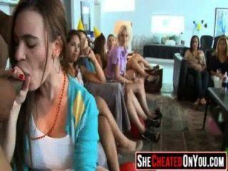 14 هؤلاء الفتيات بالجنون في العربدة النادي مص ديك 32