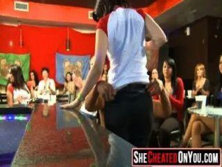29 هؤلاء الفتيات بالجنون في العربدة النادي مص ديك 40