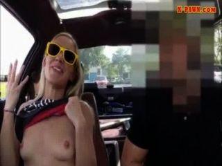يحاول بيمبو شقراء ضيق لبيع سيارتها تبيع herselfrself