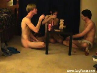 الديك مثلي الجنس هذا هو شريط فيديو طويل لأنواع المتلصص منكم الذين يحبون فكرة