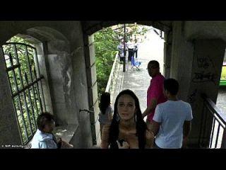 ضئيلة في سن المراهقة مارتينا يظهر لها هيئة مثير في الأماكن العامة