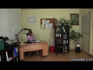 مكتب الجنس مع المرأة القديمة الجميلة