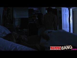 كارمن مونيت و جينا مور مجموعة من ثلاثة أشخاص في ال غرفة نوم