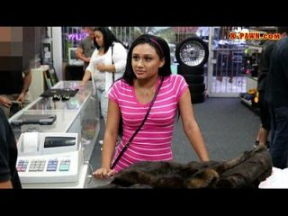 فتاة ضئيلة يحاول بيع لها القديمة معطف المنك و مارس الجنس من الصعب