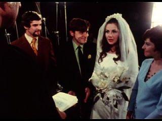 العروس إعطاء اللسان ل العريس في حفل زفاف